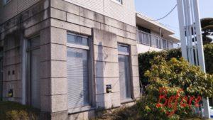 カビ・油汚れのコンクリート外壁を安心安全な環境対応型特殊洗浄G-Eco工法で施工前
