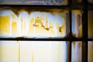 タバコのヤニで汚れた窓ガラス